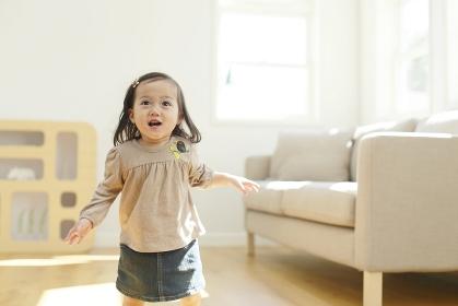 リビングを楽しそうに走る女の子