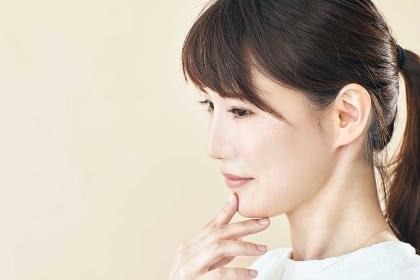 考える日本人女性