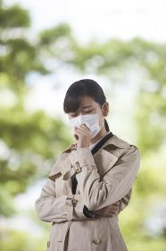 咳き込む若い女性