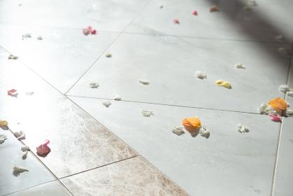 チャペルの床に落ちた花びら フラワーシャワー