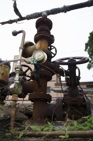 温泉の源泉配管とバルブ