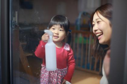窓拭きする親子
