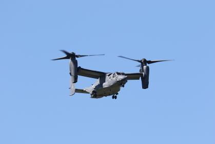 横田基地で訓練飛行するCV-22オスプレイ(福生市/東京)