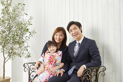椅子に座る七五三の日本人家族