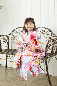 椅子に座る七五三の日本人の女の子