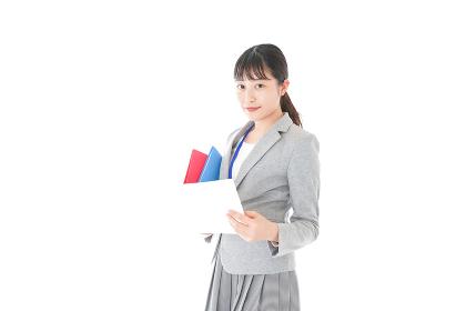 オフィスで書類を確認する若いビジネスウーマン