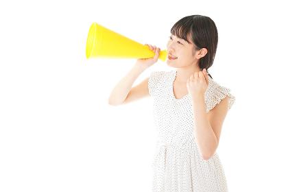 メガフォンを使い応援をする若い女性
