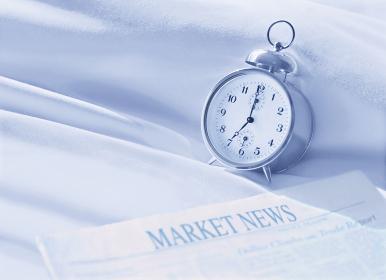 英字新聞と目覚まし時計