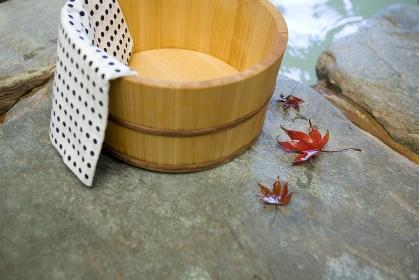 露天風呂の桶と紅葉