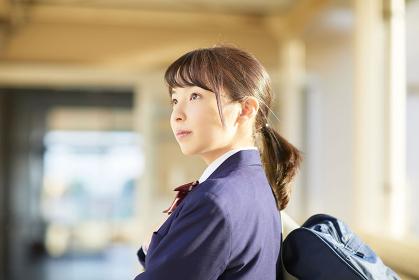 通路にいる日本人女子高校生