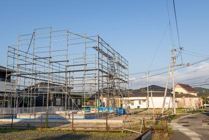 新築住宅の建設現場に組まれた足場