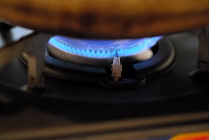 斜めから見たガスコンロの青い火