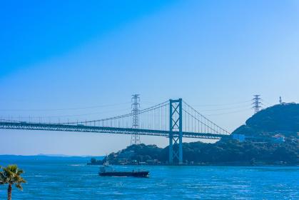 下関の有名な観光地から望む関門海峡