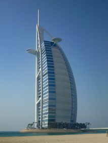 ドバイにてダウ船の帆の形をしたデザインの高級ホテル
