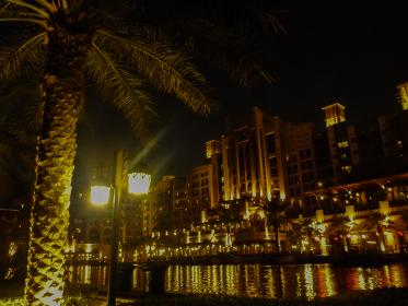 ドバイのモール建物の夜のライトアップによる幻想的な雰囲気