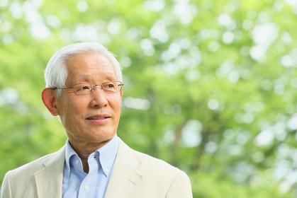 新緑とシニアの日本人男性
