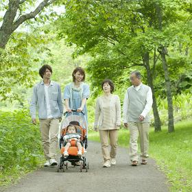 新緑の中を歩く3世代家族