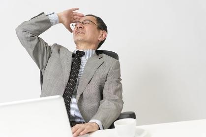 仕事中に悩むビジネスマン