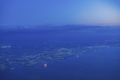 飛行機の窓から見下ろした夕方の街並み