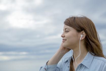 音楽を聴く日本人女性の横顔