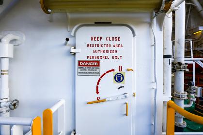 探査船の常時閉鎖された厚い扉(清水市・静岡)