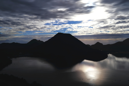 朝日を浴びる榛名富士と榛名湖 (群馬県)