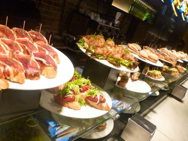 本場スペインにて昼間のバルに並んでいる小皿料理タパスとピンチョス