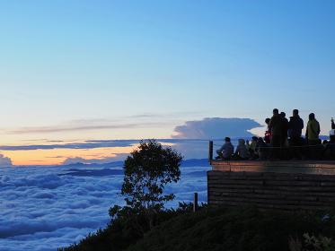 北アルプスの山小屋「燕山荘」から日の出を待つ登山者たち