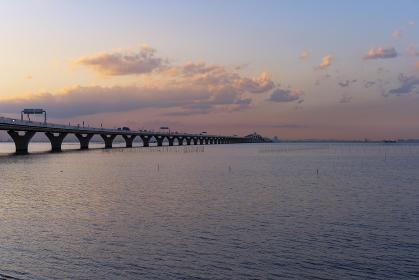 海上を走る高速道路のある夕景(東京湾アクアライン)