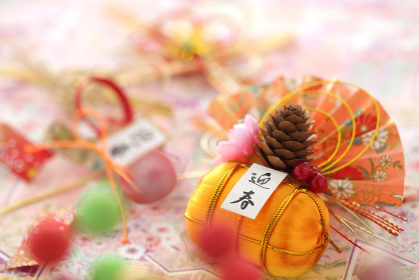 日本の伝統行事のお正月の飾りや小物の集合イメージ
