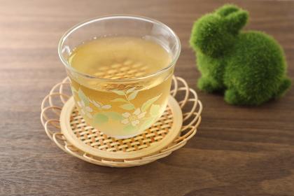 ガラスの湯飲みに冷たいお茶
