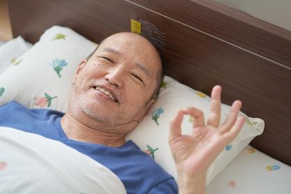 笑顔で介護を受ける男性の高齢者