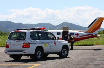 日本赤十字社による、航空機を利用した緊急輸送のデモンストレーション(2011岡山県甲南飛行場航空祭)