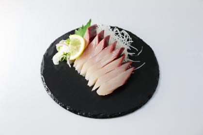 皿に盛られた新鮮なブリの刺身