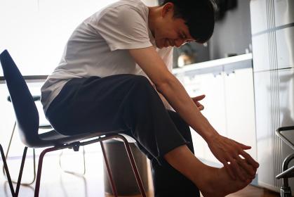 足の痛みに悩む男性