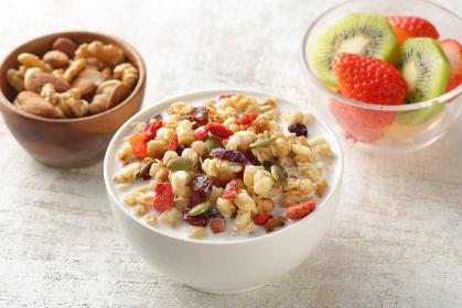 ミルクを注いだ朝食のシリアルやフレークと果物