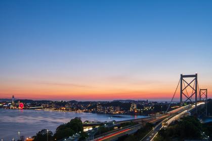 関門海峡と関門橋の美しい夕暮れ
