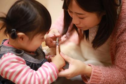 爪を切る親子