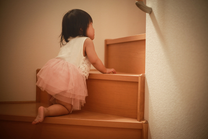 一人で階段を上る女の子