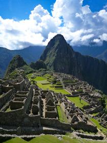 ペルー・天空都市マチュピチュ、晴天昼間の様子の縦位置写真