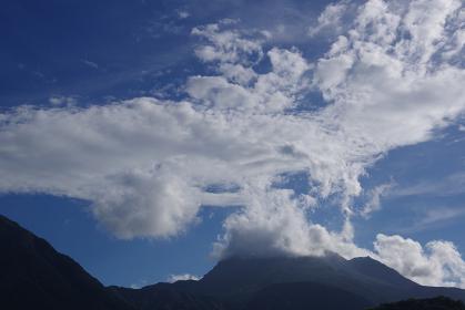 山の上から上空に広がる雲