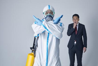 咳エチケットを警告する防護服を着用した男性