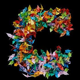 折り紙の鶴を集めて形作ったアルファベットのC