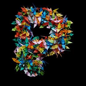 折り紙の鶴を集めて形作ったアルファベットのP
