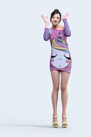 お団子ヘアーの笑顔の女の子がユニコーンのキャラクターがプリントされたTシャツワンピースを着ている