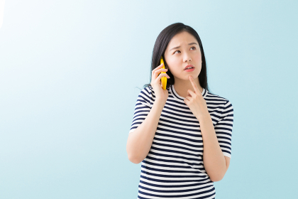 電話をする女性 考える