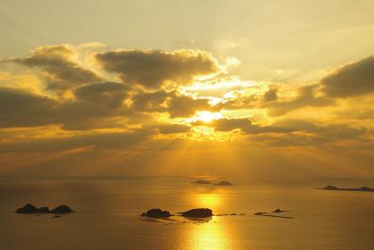 五島灘に広がる薄明光線