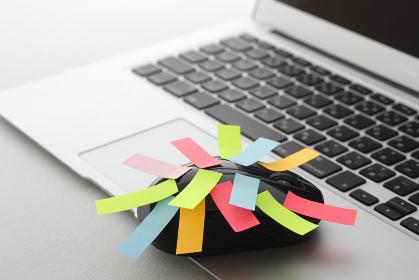 ノートパソコンと多量の仕事と大量の付箋