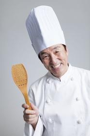 微笑む調理師