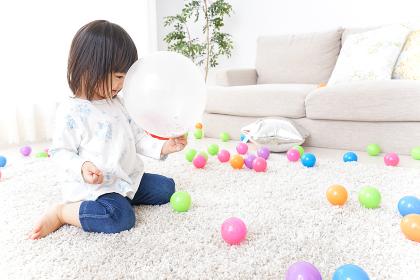 部屋で遊ぶ子ども